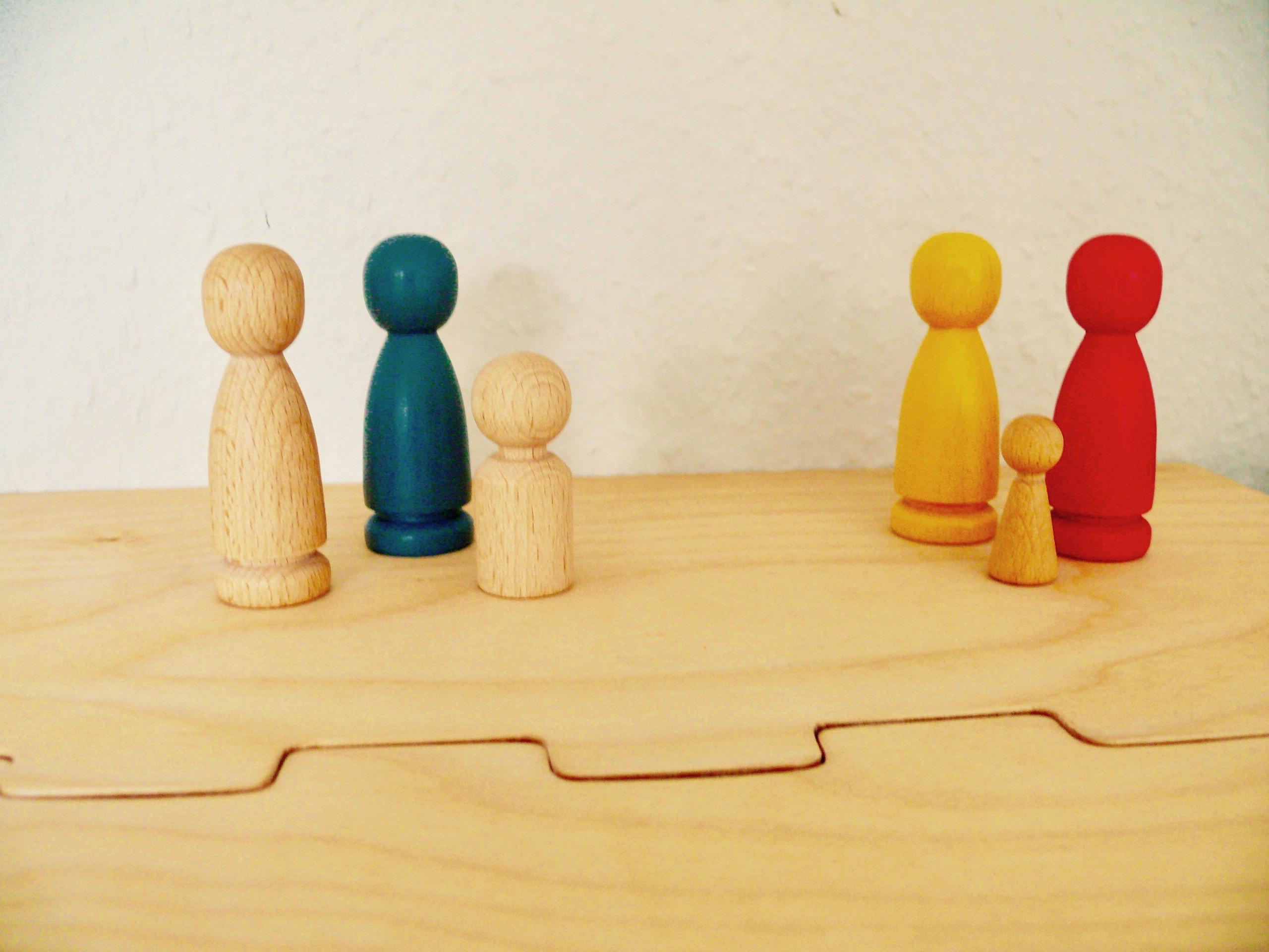 Aufstellung von Holzfiguren auf Systembrett